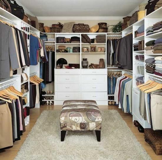 Mẫu tủ quần áo chữ U màu trắng nhẹ nhàng với nhiều ngăn treo, ngăn kéo, hộc không cánh có khả năng chứa đồ khổng lồ, đáp ứng nhu cầu lưu trữ quần áo, đồ dùng lớn.