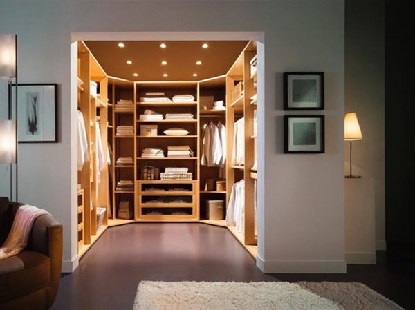 Từ xa nhìn vào, tủ quần áo chữ U nằm gọn trong căn phòng, giúp không gian thoáng đãng và rộng rãi. Màu gỗ sáng kết hợp với ánh đèn trần làm nổi bật vẻ đẹp tiện nghi đầy sang trọng.