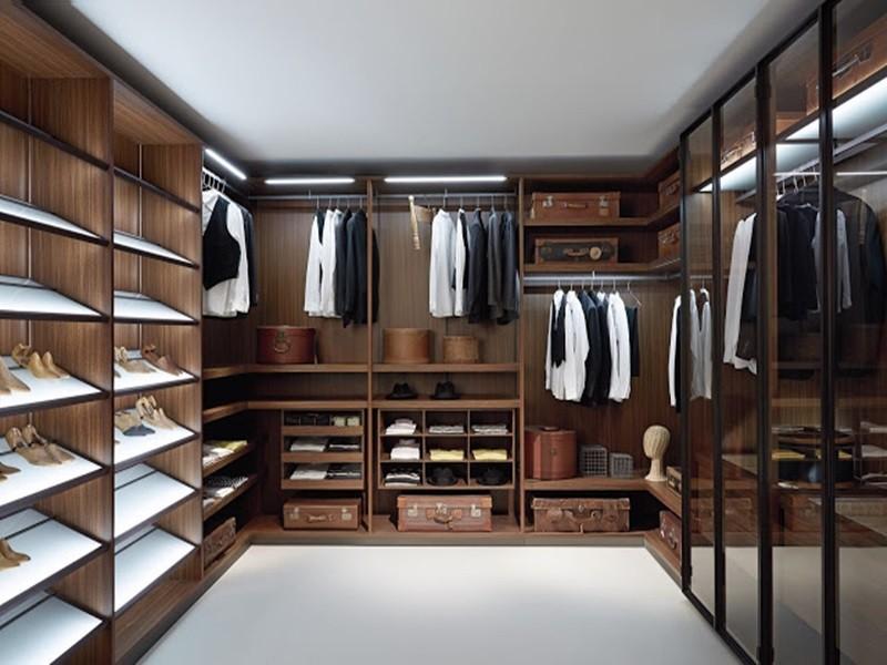 Mẫu tủ quần áo chữ U này được thiết kế thêm hệ thống chiếu sáng cùng các cửa kính cao cấp mang lại vẻ đẹp sang trọng cho căn phòng của bạn.
