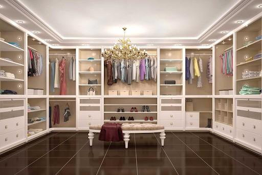 Mẫu tủ quần áo chữ U tông màu trắng giúp nới rộng không gian một cách hiệu quả. Bước vào phòng thay đồ này, bạn sẽ như lạc vào một căn phòng sang chảnh trong một tòa lâu đài nguy nga.