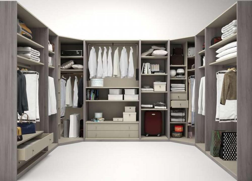 Đối với những không gian có diện tích hạn chế hơn, bạn vẫn có thể sử dụng mẫu tủ quần áo chữ U và kê sát tường để tối ưu hóa không gian một cách hiệu quả.