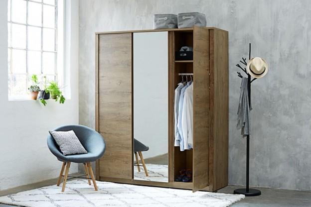 Tủ được làm từ gỗ công nghiệp, có bề mặt nhẵn mịn, màu nâu vân gỗ trầm, đều màu. Phần gương được gắn ở vị trí cánh giữa quen thuộc, rất tiện lợi khi sử dụng.