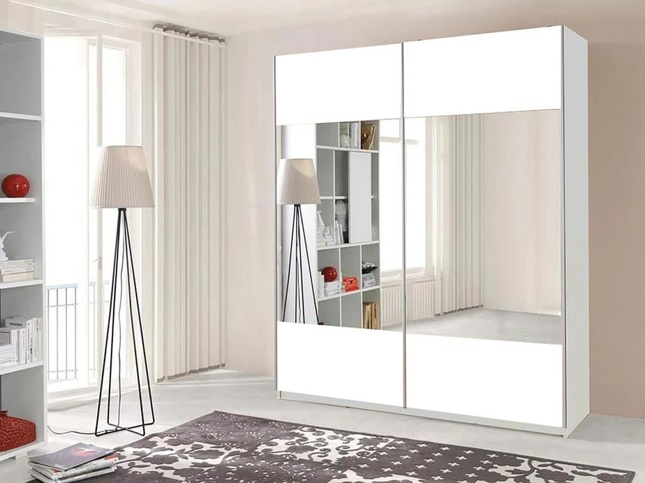 Mẫu tủ quần áo này sở hữu hai gương phủ hai cánh tủ nhưng còn chừa lại một khoảng trên - dưới màu trắng cân đối. Thiết kế cũng như màu sắc tủ trong tổng thể căn phòng rất hòa hợp với nhau, mang đến không gian trang nhã, sang trọng.