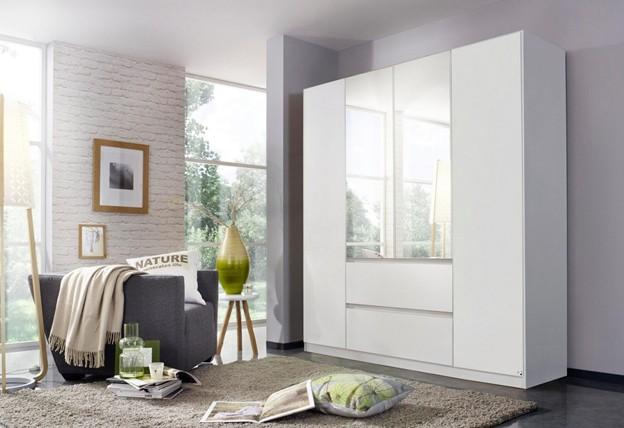 Mẫu tủ quần áo có gương đặt ở phần trên của 2 cánh tủ giữa, phía dưới được thiết kế thêm hai ngăn kéo để chứa đồ có kích thước nhỏ gọn. Màu trắng của tủ phù hợp với căn phòng sơn tường trắng và sàn tối màu tạo cảm giác dễ chịu, thoải mái cho người dùng.