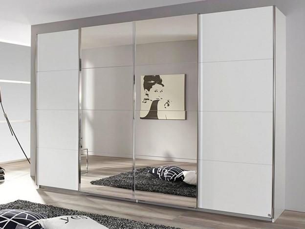 Hai chiếc gương lớn chính giữa cánh tủ giúp diện tích căn phòng như được mở rộng ra. Tủ có thiết kế dạng cánh lùa, cùng các đường ngăn ô mới mẻ. Tông màu trắng của tủ góp phần tạo cho không gian phòng vẻ hiện đại, tươi sáng.