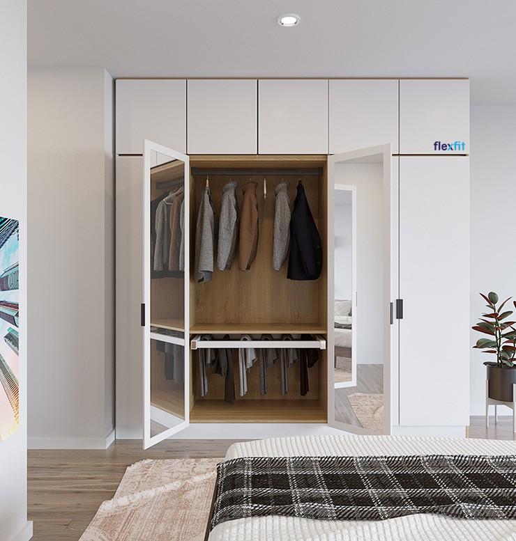 Gương được thiết kế cực kỳ thông minh bằng cách gắn vào sau hai cánh tủ giữa. Sự sáng tạo này giúp bạn vừa sử dụng gương trong phòng ngủ mà vẫn đảm bảo hài hòa về mặt phong thủy. Ngăn phía trên có thể treo quần áo phẳng phiu, phía dưới chứa khăn, giày, dép… vô cùng tiện nghi.