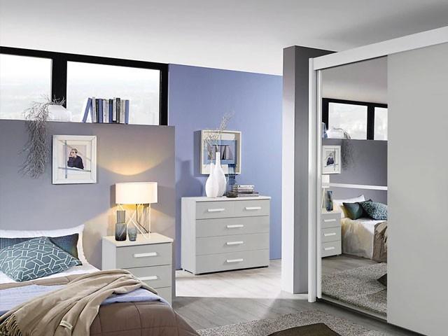 Căn phòng của bạn sẽ trở nên rộng rãi và sang trọng hơn với mẫu tủ quần áo được gắn gương ở cánh tủ trái này. Sự đồng điệu, hài hòa của màu tủ cùng màu sơn và nội thất khác tạo cảm giác dễ chịu cho người sử dụng.