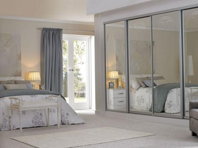 """Diện tích căn phòng sẽ """"nhân đôi"""" nhờ những chiếc gương thần kỳ được gắn ở tất cả các cánh tủ như thế này. Cánh tủ dạng lùa, đóng kịch trần giúp tăng tính thẩm mỹ và tiết kiệm không gian."""