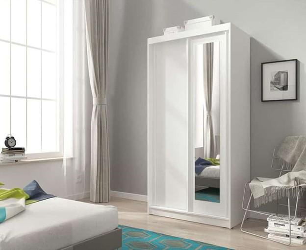Tủ quần áo có gương kích thước nhỏ phù hợp với phòng ngủ diện tích hạn chế. Gam màu trắng cùng dạng cánh lùa giúp chiếc tủ này tận dụng được không gian một cách tối đa. Nhờ sự kết hợp này, căn phòng nhỏ trở nên thoáng rộng hơn.