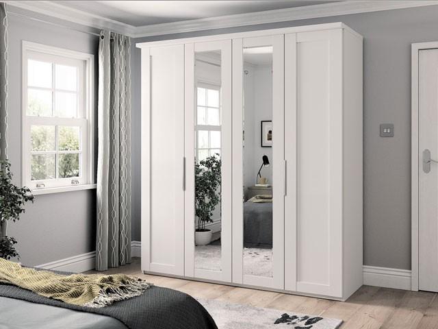 Hai gương nhỏ được gắn ở cánh tủ giữa phản chiếu ánh sáng cạnh cửa sổ giúp phòng ngủ chan hòa ánh sáng, gần gũi với thiên nhiên hơn. Tủ được sơn màu trắng phối hợp hoàn hảo giữa không gian nội thất toàn những màu trung tính như: ghi xám, nâu vân gỗ,...