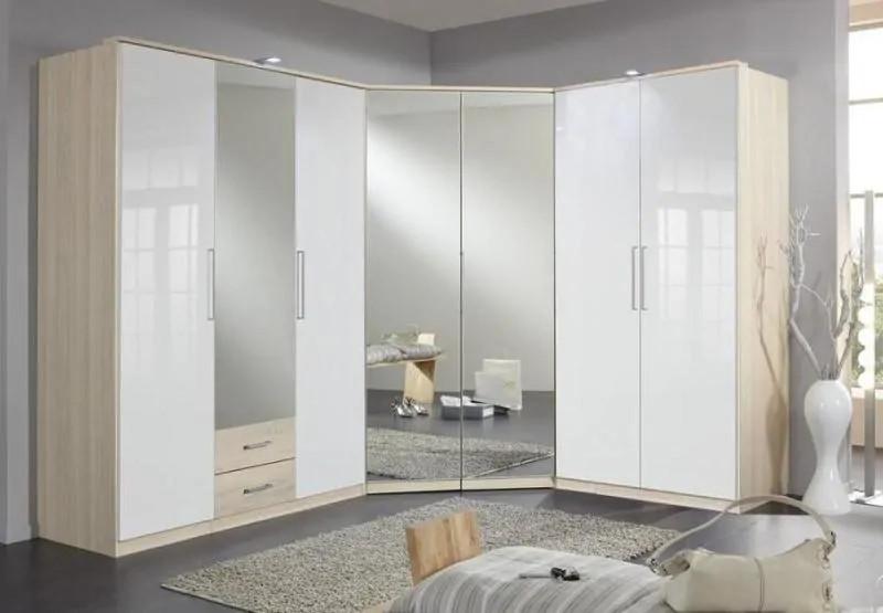 Mẫu tủ quần áo có gương này tuy thiết kế đơn giản song dễ dàng gây ấn tượng bởi hình dạng độc đáo. Tủ gương nằm ở vị trí góc phòng, tạo sự liền mạch, thống nhất với hai tủ nằm hai bên. Tủ có khả năng lưu trữ lớn, phù hợp với những phòng diện tích vừa và lớn.
