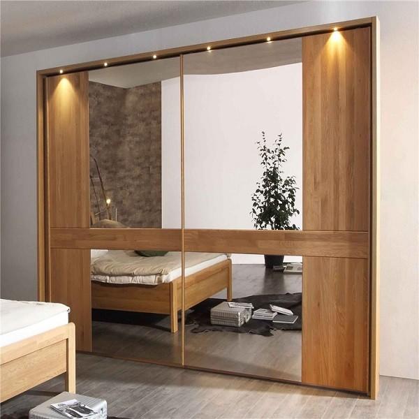 Tủ có hai gương kích thước lớn giúp tạo sự thoáng đãng, rộng rãi cho căn phòng. Các đường vân gỗ rõ ràng, sắc nét cùng thiết kế cách điệu của tủ góp phần mang đến không gian ấm cúng, mới mẻ. Các bóng đèn nhỏ gắn phía trên tạo sự phản chiếu huyền ảo.