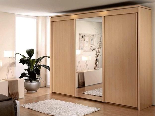 Mẫu tủ quần áo có gương 3 cánh, với gương được gắn ở cánh giữa rất cân đối. Màu của tủ là màu vân gỗ sáng,đồng bộ với màu sàn gỗ mang lại không gian sang trọng lại ấm cúng.