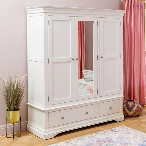 Đây là mẫu tủ quần áo có gương sở hữu thiết kế truyền thống. Cánh tủ đóng mở hai bên và gương đặt ở trung tâm, phía dưới có 1 ngăn kéo lớn và 1 ngăn kéo nhỏ đáp ứng nhu cầu lưu trữ khá lớn cho bạn.