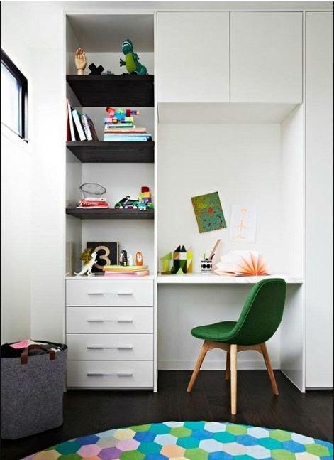Góc nhỏ học tập, làm việc tạo hứng thú nhờ sử dụng thiết kế tủ kết hợp bàn học tông xoẹt tông đồng màu, đồng chất liệu. Với các hộc tủ hở, bạn nên sắp xếp những cuốn sách hay sử dụng và bày thêm vật trang trí cho đẹp mắt.