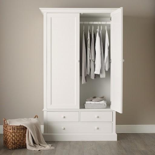 Tinh tế và hiện đại là những gì tủ quần áo 1m này đem lại. Gam màu trắng của tủ mang vẻ đẹp thanh lịch, đồng thời tạo cảm giác căn phòng thoáng đãng hơn. Thiết kế hai ngăn kéo nhỏ cùng một ngăn kéo lớn cho bạn cất giữ đồ theo ý muốn thuận tiện.
