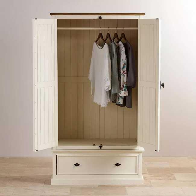 Mẫu tủ quần áo 1m này được làm từ gỗ sồi tự nhiên chắc chắn và cho độ bền cao. Tủ được thiết kế theo phong cách cổ điển vô cùng sang trọng, quý tộc.