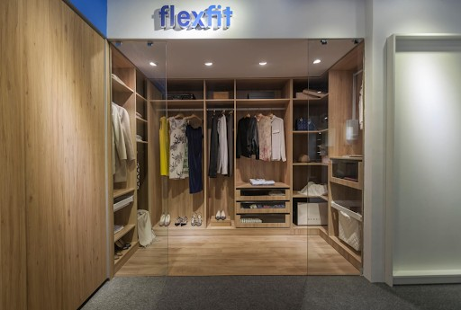 Tủ quần áo chữ U thiết kế không cánh, nhiều hộc mở và ngăn kéo giúp bạn nhanh chóng tìm được trang phục