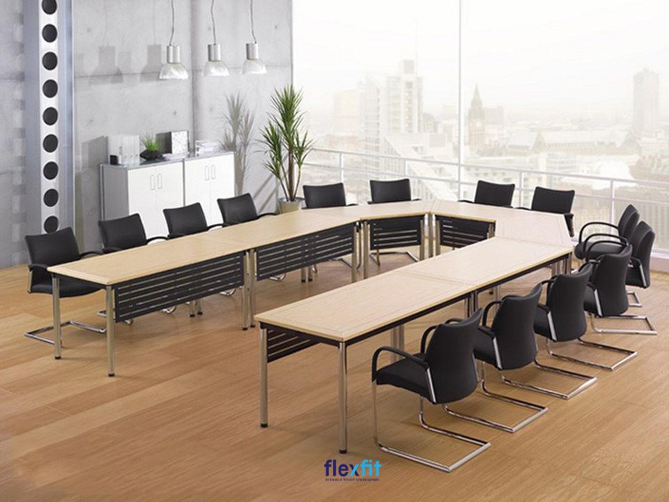 Mẫu bàn họp chữ U với không gian khoáng đạt giúp tất cả thành viên tham gia buổi họp đều có tầm nhìn, quan sát tốt.