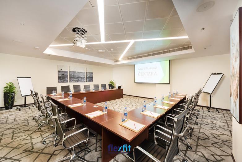 Khoảng trống trước mặt bàn chữ U có thể bố trí máy chiếu để thuyết trình giúp tất cả các thành viên tham dự đều dễ dàng theo dõi, quan sát.