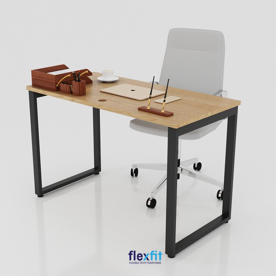 Mẫu bàn làm việc chân chữ U bằng sắt kết hợp mặt bàn gỗ công nghiệp nhẵn mịn màu vân gỗ sáng