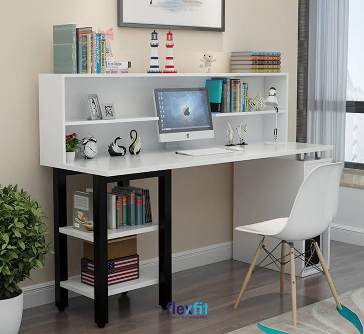 Bàn làm việc màu trắng liền kệ trang trí kết hợp chân bàn một bên để cây máy tính, một bàn chia ngăn để sách, đồ đạc tiện dụng.