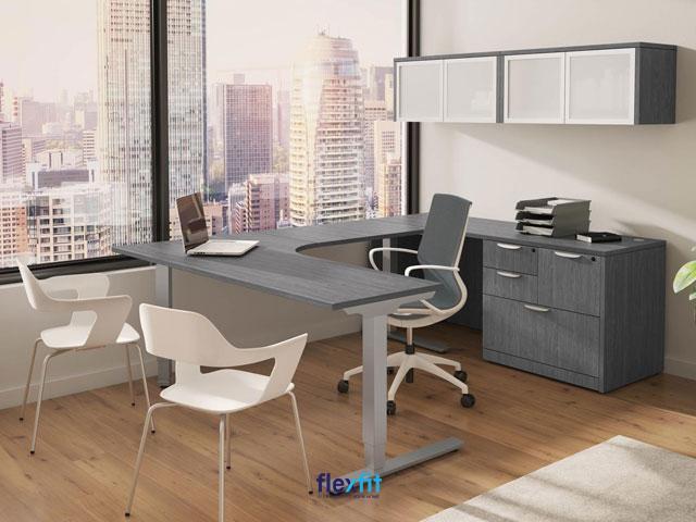 Mẫu bàn làm việc hình chữ U với thiết kế chân sắt chắc chắn. Sản phẩm tích hợp tủ chứa tài liệu cùng tủ đồ treo tường giúp bạn dễ dàng lưu trữ tài liệu, đồ dùng phục vụ công việc.