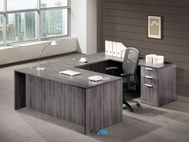 Mẫu bàn làm việc hình chữ U màu đen xám rõ các đường vân gỗ tạo sự sang trọng. Sản phẩm có kích thước lớn giúp bạn có thể để các tài liệu quan trọng cần xử lý gấp ngay trên bàn mà không gây chật chội.