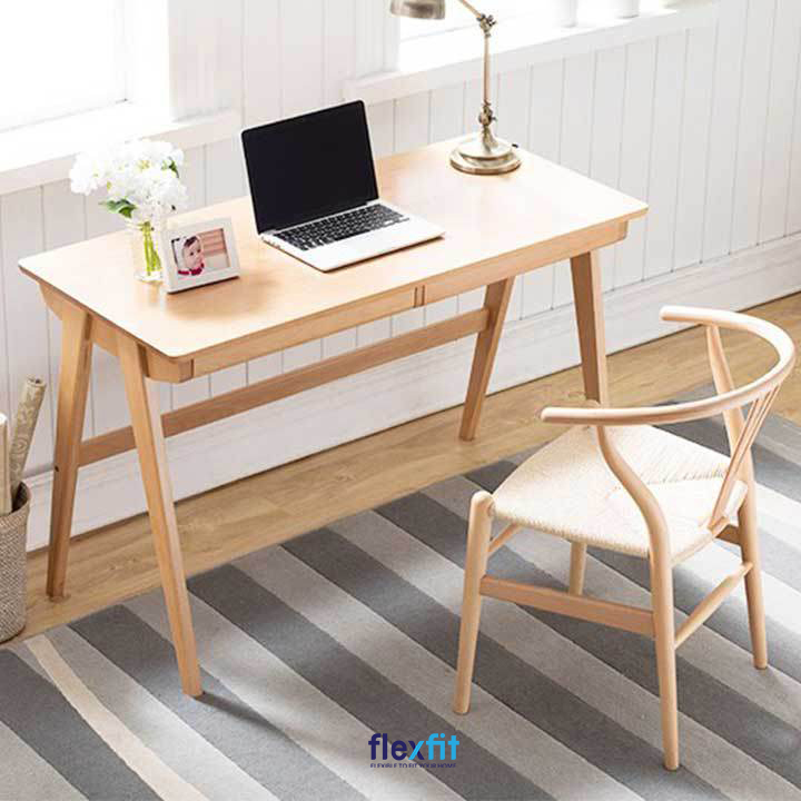 Bàn làm việc theo phong cách Nhật Bản, màu gỗ nhạt, nhẹ nhàng dễ phối hợp với những nội thất khác trong căn phòng.