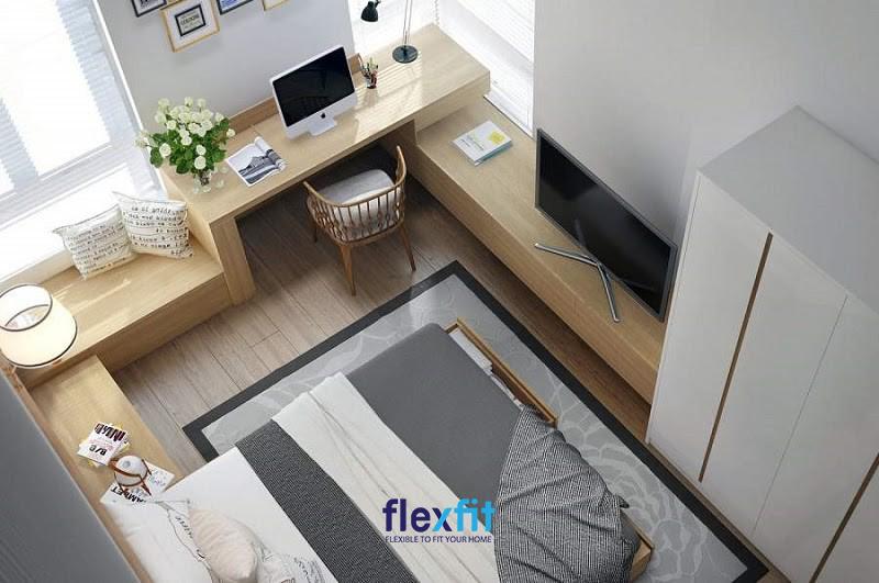 Một thiết kế độc và lạ khi được kết hợp bàn làm việc cùng với kệ tủ, kệ trang trí bao quanh phòng ngủ. Bàn làm việc màu vân gỗ nhạt được làm từ gỗ công nghiệp và có kích thước 60cmx90cm, tạo không gian rộng rãi cho căn phòng.