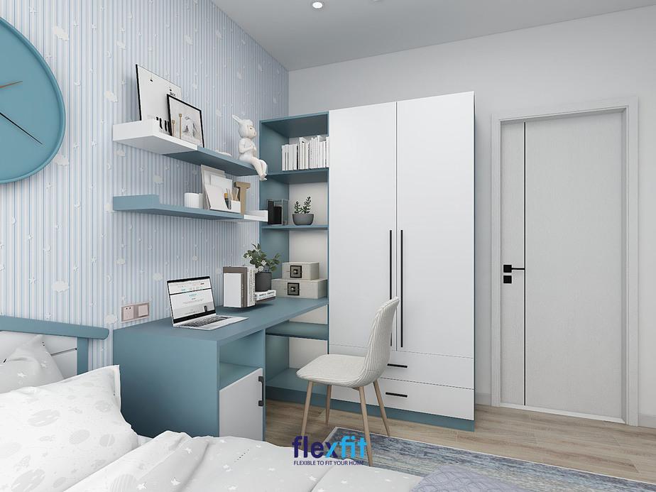 Không gian mang đến cảm hứng làm việc với thiết kế bàn tích hợp tủ quần áo, kệ trang trí cùng giá treo tường phối hai màu xanh dương matte và trắng.