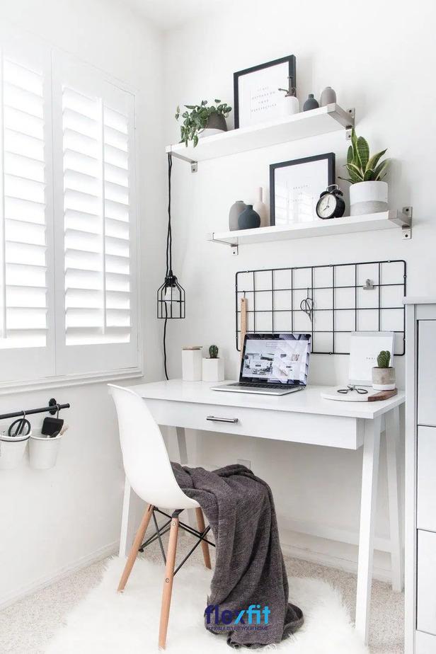 Khơi hứng thú, tạo cảm hứng sáng tạo chính là mẫu bàn làm việc màu trắng phong cách này. Bàn được thiết kế ngăn kéo lớn cùng hai thanh treo gắn tường để đồ trang trí giúp không gian làm việc sinh động, tươi mới hơn.
