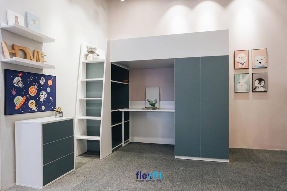 Giường tầng kết hợp tủ quần áo, bàn học, kệ trang trí gọn gàng, không chiếm nhiều không gian thích hợp cho phòng của bé. Gam màu xanh lạ và trắng phối hợp tạo điểm nhấn cho căn phòng.