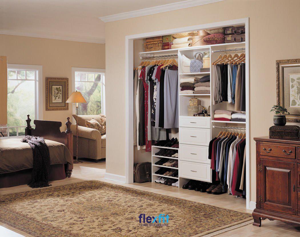 Tủ quần áo âm tường không cánh ấn tượng, kết hợp linh hoạt các ngăn tủ và hộc tủ kín đựng quần áo, giày dép, đồ đạc.