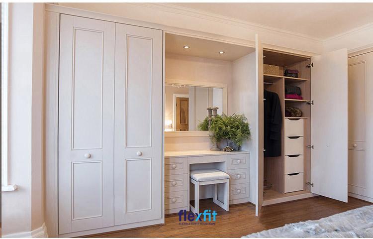 Đây là mẫu tủ quần áo kết hợp bàn trang điểm có kích thước lớn. Bàn trang điểm nằm ở giữa với các ngăn kéo tủ để đồ hai bên tiện lợi.