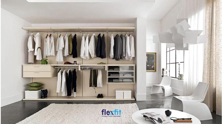 Tủ quần áo không cánh màu be tích hợp thanh treo quần áo và các ngăn kéo tủ cánh kín và cánh kính độc lạ.