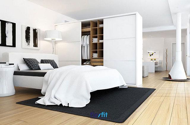 Không gian phòng ngủ vẫn đảm bảo sự riêng tư cần thiết với thiết kế tủ quần áo thông minh thay thế vách ngăn cứng nhắc, tốn diện tích, chi phí.
