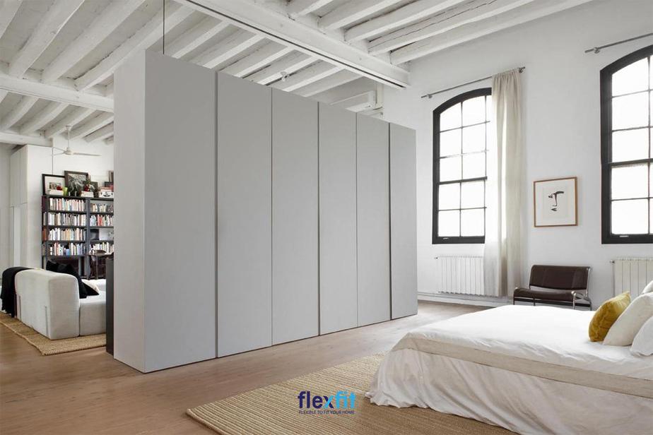 Độc đáo, lạ mắt với mẫu tủ quần áo làm vách ngăn không gian ngủ với phòng đọc sách.