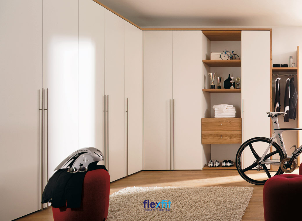 Thiết kế tủ quần áo thông minh cho góc phòng dạng chữ L độc đáo với các ngăn tủ kín và ô tủ không cánh.