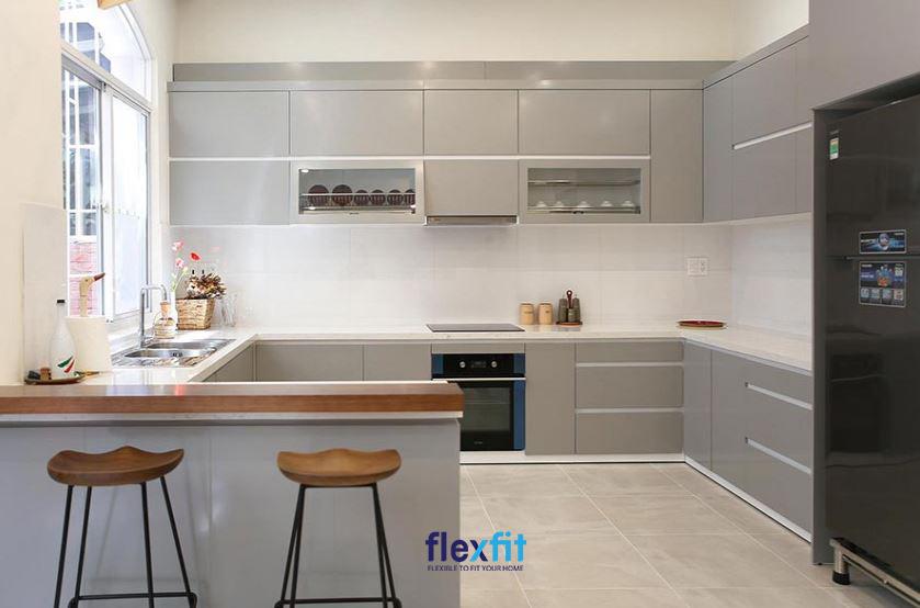 Thiết kế tủ bếp chữ U hiện đại sử dụng gam màu xám trung tính mang lại sự sang trọng cho không gian.