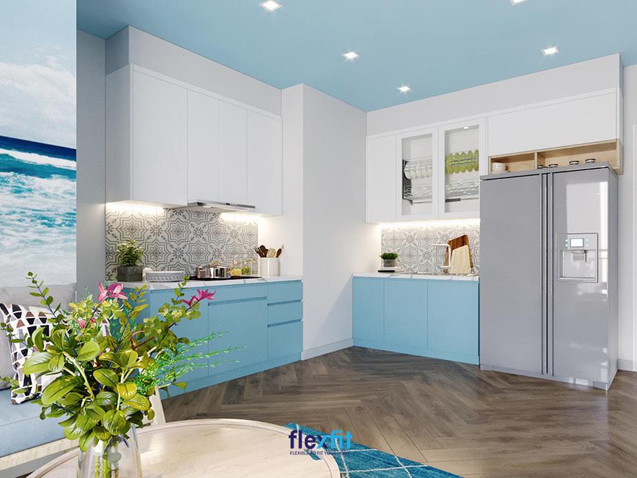 Không thể phủ nhận tông trắng phối cùng xanh dương sáng của tủ bếp đã giúp căn bếp bình thường biến hóa sống động, thu hút đến vậy. Mảng tường giữa tủ bếp trên và dưới với các họa tiết hoa văn màu đen - trắng cũng góp phần giúp gian bếp nổi bật hơn.