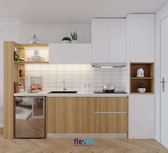 Ấn tượng, độc đáo với mẫu tủ bếp lắp ghép chữ I thiết kế mới mẻ, cách điệu. Tủ sở hữu hộc tủ không cánh và tích hợp thêm kệ trang trí màu vân gỗ tăng tính thẩm mỹ cho gian bếp. Phần tủ bếp trên chừa lại một khoảng trống thay vì thiết kế kịch trần hoàn toàn giúp bạn có thể tận dụng để trang trí hay để đồ.
