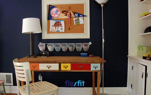 Các ngăn kéo bàn được sơn nhiều màu tương phản giúp thuận tiện trong việc phân chia các đồ dùng cá nhân. Sự sáng tạo này còn mang tới sự sinh động và bắt mắt cho không gian phòng làm việc, thể hiện cá tính của mỗi cá nhân.