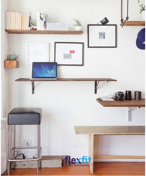 Bạn đang tìm kiếm một chiếc bàn làm việc siêu đơn giản và tiết kiệm không gian thì không nên bỏ qua mẫu bàn đứng gắn vào tường này. Vừa là bàn làm việc cũng có thể biến hóa thành kệ trang trí một cách linh hoạt.