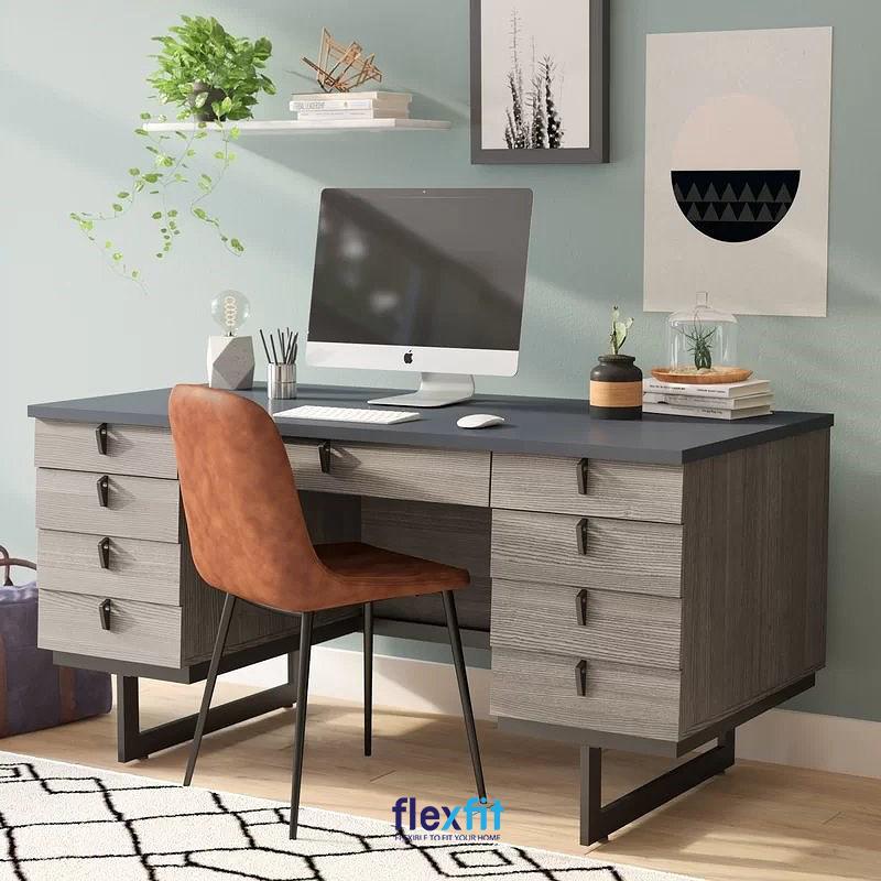 Bàn làm việc có nhiều ngăn bàn giúp tăng không gian tích trữ đồ dùng cá nhân, tiết kiệm được diện tích. Mỗi ngăn bàn được thiết kế tay kéo riêng để tạo điểm nhấn, chân bàn cách sàn giúp dễ dàng vệ sinh hơn.