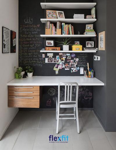 Tận dụng góc thụt của ngôi nhà để đặt vừa vặn bàn làm việc là ý tưởng không tồi. Có thể sơn vị trí này bằng màu đen để tận dụng viết thời gian biểu, trang trí sáng tạo tùy thích. Bàn được gắn trực tiếp vào tường có tích hợp thêm ngăn kéo kích thước khác nhau để chứa độ thuận tiện hơn.
