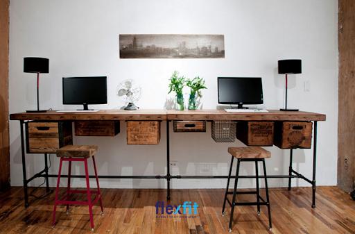Tận dụng các thanh thép ống, gỗ tái chế để tạo kiểu chân bàn rất đặc biệt. Các hộp gỗ phía dưới thiết kế rất độc và lạ, thay thế chức năng của ngăn kéo bàn. Màu vân gỗ thống nhất, hài hòa với sàn gỗ và nổi bật trên màu sơn trắng nhẹ nhàng, tao nhã.