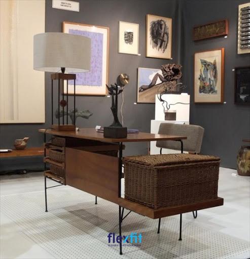 Ngăn bàn được làm bằng vật liệu mây đan rất thân thiện và độc đáo. Màu nâu gỗ trầm mang lại cảm giác cổ điển và ấm áp cho căn phòng của bạn. Ngoài ra phía bên trái của bàn còn có thêm 1 giá đỡ bằng gỗ, đủ diện tích để đặt thêm các đồ vật trang trí khác.