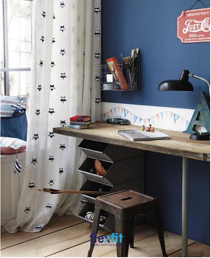 Những chiếc thùng chứa phá cách thay thế cho các ngăn bàn tạo sự khác biệt cho mẫu bàn làm việc này. Các thùng chứa được xếp chồng lên nhau, tiết kiệm được diện tích và đựng được nhiều đồ dùng hơn.