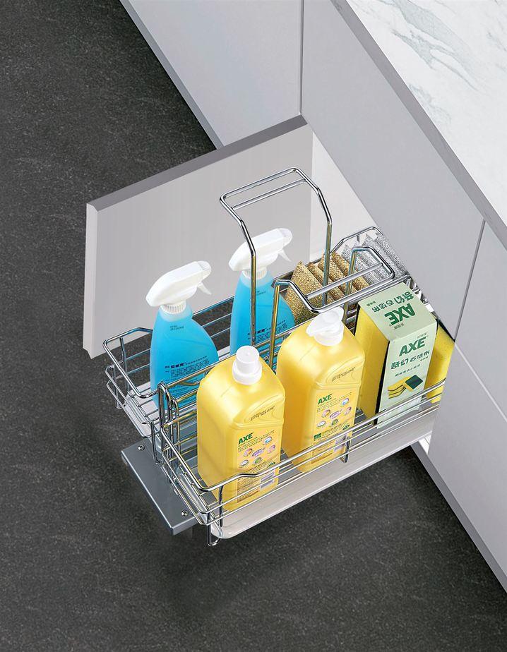 Giá để chất tẩy rửa nằm gọn gàng trong tủ bếp đảm bảo sự an toàn, nhất là với gia đình có trẻ nhỏ.